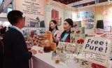 Penjaga stand menjelaskan produknya kepada pengunjung padaPameran Produk dan Alat KesehatanChina Healthcare Products Expo 2019 di JiEXPO Jakarta. 60 persen bahan baku farmasi Indonesia diimpor dari China