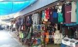 Penjual oleh-oleh khas Lombok hingga warung kuliner yang ada di Pantai Senggigi, Ahad (17/6).