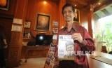 Penulis buku A Makmur Makka memegang buku dalam acara peluncuran buku Mr Crack dari Pare-Pare di perpustakaan Habibie dan Ainun, Jakarta, Selasa (13/2).