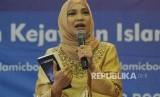 Penulis Hanum Rais memaparkan pendapat saat peluncuran dan bedah novel I Am Sarahza pada acara Islamic Book Fair 2018 di Jakarta Convention Center, Jakarta, Jumat (20/4).