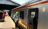 PT Kereta Api Indonesia (KAI) mengevakuasi Kereta Api Tawang Jaya yang anjlok di lintasan Pondok Jati, Jakarta Timur, menuju Stasiun Pasar Senen, Rabu (22/1) dini hari (Foto: KRL)