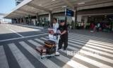 Penumpang keluar dari area bandara seusai mendarat dengan pesawat komersial Citilink saat penerbangan perdana di Bandara Yogyakarta International Airport (YIA), Kulonprogo, DI Yogyakarta, Senin (6/5).