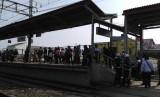 Penumpang kereta commuterline di Stasiun Kranji, Kota Bekasi. Penumpukan penumpang di Stasiun Kranji mulai terurai setelah kereta menuju Jakarta kembali normal.