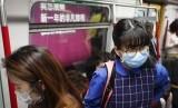 Komisi Kesehatan Nasional Cina mengonfirmasi bahwa virus corona baru yang menyebabkan pneumonia, dapat menular antarmanusia (Foto: warga China gunakan masker cegah penyebaran virus)