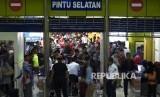Penumpang memasuki peron di Stasiun Gambir, Jakarta. (Ilustrasi)
