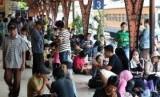 Penumpang menunggu kedatangan kereta di Stasiun Senen.