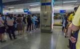 Penumpang MRT mengantre masuk kereta saat jam sibuk di salah satu stasiun MRT di Bangkok, Thailand. Batasan penumpang di Thailand dicabut namun tetap menerapkan protokol kesehatan. Ilustrasi.