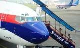 Penumpang naik pesawat Sriwijaya Air.