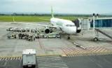 Penumpang selalu masuk dan keluar pesawat dari sisi kiri.