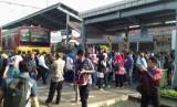 Penumpukan penumpang di Stasiun Bekasi saat terjadinya kebakaran di Stasiun Klender.