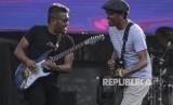 Penyanyi Glenn Fredly (kanan) beraksi bersama gitarisnya pada hari terakhir acara Musik Untuk Republik di Buperta, Cibubur, Jakarta, Ahad (20/10/2019).
