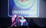 Penyanyi Zian Spectre menghibur para wisudawan dan wisudawati di acara wisuda ke-13 UBSI Purwokerto.