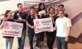 Penyerahan hadiah dari salah satu kategori kompetisi boling yang diadakan Sinar Mas Land di arena boling Spin City, the Breeze, BSD City, Serpong (28/4).