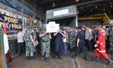 Penyerahan jenazah korban pembunuhan di Nduga, Papua, yang akan diterangkan ke kampung halaman masing masing dari Bandara Moses Kilangin, Timika pada Jumat (7/12).