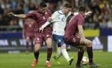 Penyerang Argentina Lionel Messi (tengah) diapit dua pemain Venezuela.