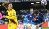 Penyerang Barcelona Antoine Griezmann (kiri) saat melawan Napoli.