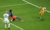 Penyerang Kolombia Duvan Zapata mencetak gol ke gawang Argentina dalam pertandingan Copa Amerika, Ahad (16/6) pagi WIB.