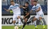 Penyerang Lazio Ciro Immobile (kiri) membawa bola saat menghadapi Olympique Marseille.