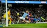 Penyerang Manchester City Sergio Aguero (tengah) saat hendak menjebol gawang Crystal Palace.