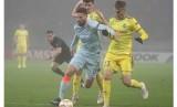 Penyerang Olivier Giroud menggiring bola melewati penjagaan pemain BATE Borisov.