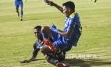 Penyerang Persib Bandung Frets Listianto Butuan (kanan) terjatuh saat pertandingan Sepak Bola Liga 1 2019 di Stadion Si Jalak Harupat, Kabupaten Bandung, Selasa (18/6).