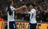 Penyerang Tottenham Hotspur Son Heung-min (kanan) merayakan golnya ke gawang Everton bersama Harry Kane.