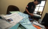 Penyidik dari Mabes Polri memeriksa berkas TKI ilegal berkedok umrah (ILustrasi)