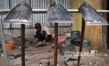 Perajin memproduksi cangkul di salah satu rumah industri di Ambarawa, Kabupaten Semarang, Jawa Tengah, Rabu (10/1). Alat pertanian dan alat pertukangan, seperti cangkul dan sabit hasil produksi perajin setempat dipasarkan seharga Rp100.000 -Rp250.000 per unit ke sejumlah daerah.