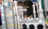 Dalil Kewajiban Memberikan Mahar. Perajin mengerjakan pembuatan kerajinan mahar pernikahan.