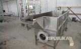 Peralatan yang dipasang saat pembangunan rumah potong hewan unggas (RPHU) di Juwana, Pati, Jawa Tengah, Kamis (1/6).