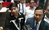 Perancang busana kenamaan Adjie Notonegoro (kiri) menjalani pemeriksaan sebagai saksi dalam kasus investasi diduga bodong MeMiles, yang dijalankan PT. Kam and Kam
