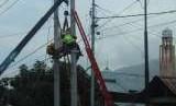 Perbaikan jaringan listrik di wilayah Palu oleh PLN.
