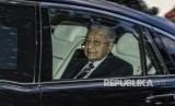 Perdana Menteri Malaysia Mahathir Mohamad meninggalkan kediamannya untuk melakukan perjalanan ke Istana Nasional, di Kuala Lumpur, Malaysia, Senin (24/2/2020). Menurut laporan media, Mahathir Mohamad mengundurkan diri sebagai perdana menteri Malaysia.