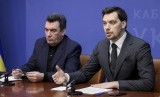 Perdana Menteri Ukraina Oleksiy Honcharuk (kanan) ajukan pengunduran diri. Presiden Ukraina Volodymyr Zelenskiy tolak pengunduran diri Perdana Menteri Honcharuk. Ilustrasi.