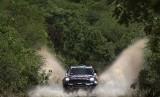 Pereli Qatar Nasser Al-Attiyah memacu kendaraannya di etape ke-11 perlombaan Reli Dakar 2015 di Argentina.