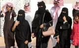 Perempuan Arab Saudi mengenakan abaya