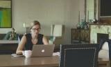 Perempuan bekerja di kantor