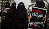 Perempuan berhijab dan cadar atau niqab dari Komunitas Muslimah Soloraya menggelar aksi Gerakan Akhwat Bercadar Menolak Terorisme di Solo, Jawa Tengah, (Ilustrasi) .