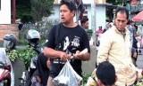 Perjuangan Sukarman salah seorang guru di Kebumen. Pagi mengajar di TPQ sebuah SD di Desa Kawedusan, dan kemudian kembali ke pasar pada siang hari.