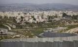Permukiman Yahudi Pisgat Zeev di Yerusalem timur terlihat di belakang bagian dari tembok pemisah Israel