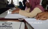 Persatuan Tuna Netra Indonesia (Pertuni) Sumut kembali menggelar pengajian atau tadarus Alquran di kantor DPD Pertuni Sumut, Jl Sampul, Medan. Para peserta tadarus yang terdiri dari remaja hingga orang tua bergantian membaca Alquran dengan huruf braille.