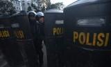 Personel Brimob bersiaga saat berlangsungnya aksi damai di Jalan MH Thamrin, Jakarta, Jum'at (24/5/2019).