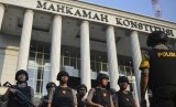Personel Samapta Polri bersiap melakukan pengamanan di sekitar Gedung Mahkamah Konstitusi (MK), Jakarta, Rabu (26/6/2019).