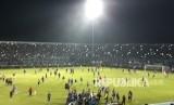 Pertandingan Aremania FC dan Persib di Stadion Kanjuruhan Malang, Ahad (15/4) berakhir ricuh. Skor imbang 2-2 tak mampu menyurutkan Aremania yang emosi atas berjalannya pertandingan.
