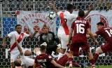 Peru melawan Venezuela di pertandingan babak penyisihan grup A Copa Amerika di Stadion Gremio Arena, Porto Alegre, Brasil, Ahad (16/6) dini hari WIB