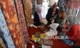 Perwakilan kedutaan asing belajar membatik saat berkunjung ke Kota Probolinggo, Jawa Timur, Ahad (28/8). (Republika/Yasin Habibi)