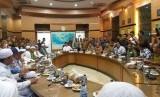 Perwakilan massa Aksi Bela Tauhid II diterima Menteri Koordinator Bidang Politik, Hukum dan Keamanan (Menko Polhukam) Wiranto di Kantor Kemenko Polhukam, Jakarta Pusat, Jumat (2/11).