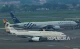 Pesawat Boeing milik Garuda Indonesia dan Etihad Airways berada di area parkir pesawat Terminal 3 Bandara Soekarno Hatta, Tangerang, Banten, Jumat (15/3/2019).