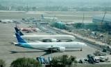 Pesawat Garuda Indonesia dan beberapa maskapai lainnya di Bandara Internasional Soekarno-Hatta, Tangerang, Banten.