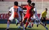 Kapten timnas Indonesia U-19 Rendy Juliansyah (kedua kanan) berebut bola dengan pemain Persibo Bojonegoro Carles Roi (kiri) pada laga uji coba di Stadion Gelora Delta Sidoarjo, Jawa Timur, Kamis (18/7).